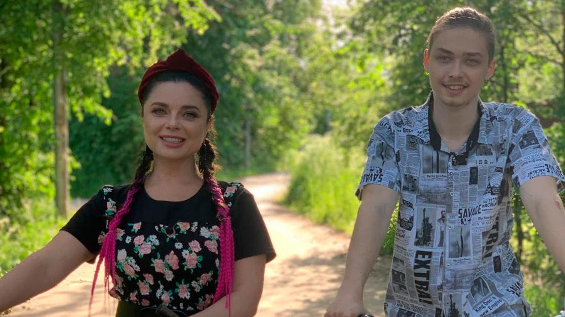 Наташа Королева опубликовала фото с сыном на прогулке и восхитила фанатов